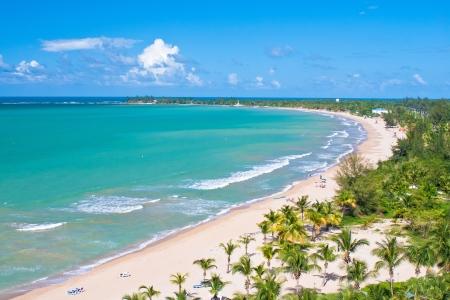 aerial: una veduta aerea di una spiaggia di Puerto Rico, nella parte meridionale di San Juan.