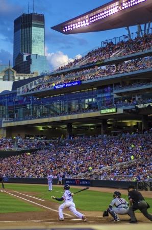 beisbol: profesional de béisbol que se juega en una cálida noche de verano, en el centro de Minneapolis