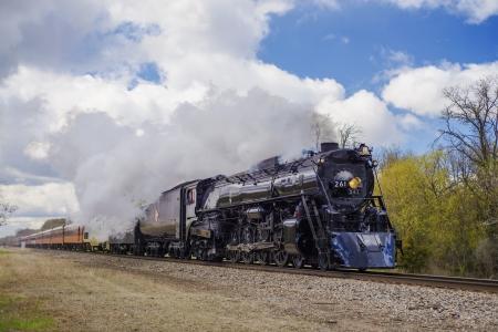 a 1944 steam locomotive train travels through the town of cedar, minnesota Imagens - 20586047