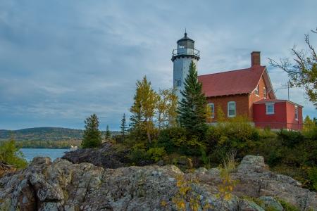 lake michigan lighthouse: faro águila puerto en otoño, península superior de Michigan
