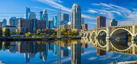de 3e avenue brug kruist over de Mississippi rivier naar de Minneapolis skyline, de herfst