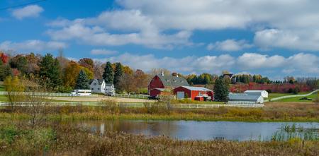 Eine ländliche Farm in Washington County, umgeben von den Farben des Herbstes, Minnesota