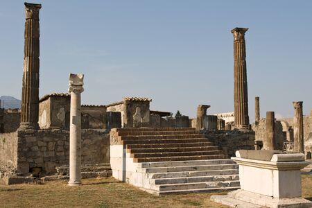 arcos de piedra: Arcos de piedra y columnas en Pompeya, Italia Foto de archivo