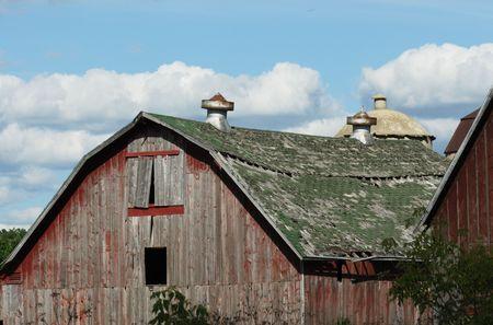 오래 된 빨간색 축사에 녹색 지붕 악화