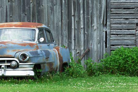 voiture ancienne: Ancienne voiture par vieilli Barn Banque d'images