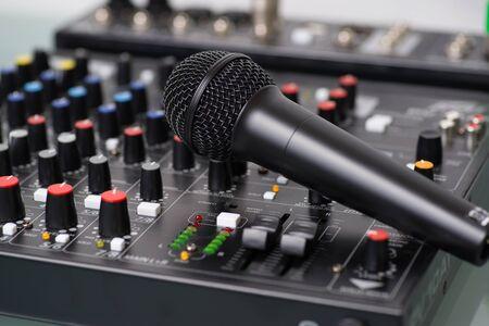 믹서에 녹음 스튜디오에서 마이크입니다.