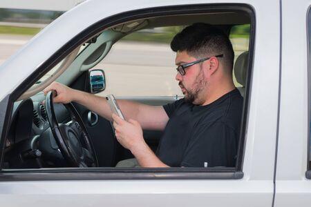 운전 중 문자 메시지로 문제가 생길 수 있습니다. 스톡 콘텐츠