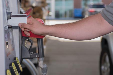 연료 펌프에서 가스를 사는 신용 카드를 사용하는 사람 스톡 콘텐츠