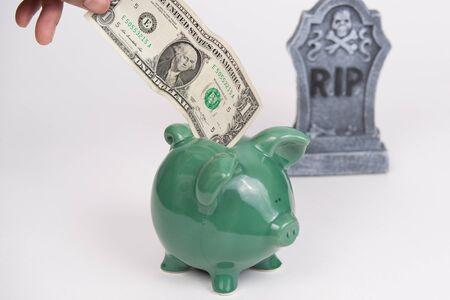 미국 달러 배경, 흰색 배경에서 삭제 표시와 함께 녹색 돼지 저금통에가
