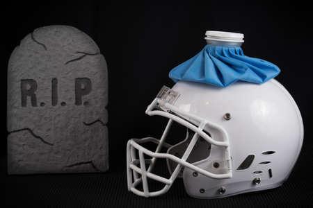 미식 축구 흰색 헬멧 아이스 팩, 나쁜 계절 또는 상처 선수, 검은 배경