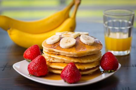 팬케이크, 바나나, 오렌지 주스, 사과, 부엌 식탁에서 딸기