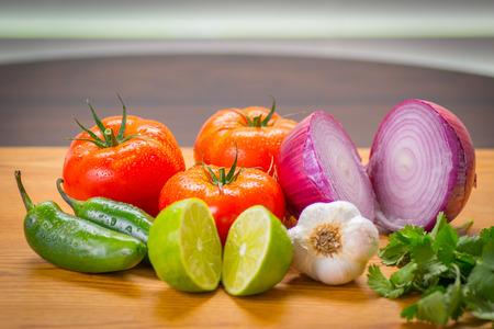 신선한 야채, 토마토, Jalapeno, 양파, 마늘, 실란트로 및 라임 샐러드 또는 살사 만들기.