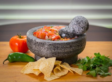 칩, 토마토 및 고추, 피코 드 gallo molcajete (박격포) 및 tejolete (유 봉)와 함께 맛있는 살사.