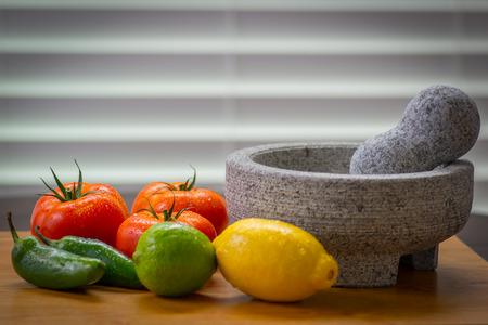 토마토와 고추, 피코 드 gallo molcajete (박격포)와 레몬과 tejolete (유봉)와 함께 맛있는 살사