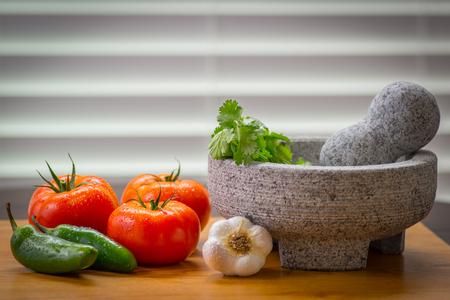 토마토와 고추, 피코 드 gallo molcajete (박격포)와 tejolete (유봉)와 함께 맛있는 살사. 스톡 콘텐츠