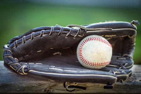 야구 글러브와 공을 나무 울타리, 게임 하루에 대 한 준비. 스톡 콘텐츠