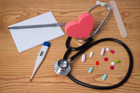 청진 기 및 정제, 중간에 심장, 처방전, 태블릿 펜 및 심장 질환에 대 한 온도계 사진. 닥터 약속 스톡 콘텐츠