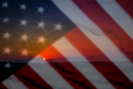 현충일 또는 4 월, 독수리 및 일몰 전경에서 경치 좋은 배경 전경에서 오래 된 미국 국기 배경