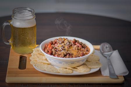 파프리카 토마토 양파 빨간 콩와 차가운 땀이 맥주와 옥수수 칩 화이트 그릇에 마늘 고추 콘 카 르네.