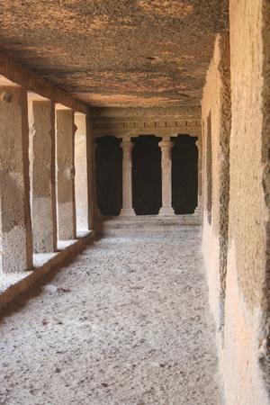 hindus: antiguas cuevas de piedra tallada en Mumbai Parque de parage Editorial
