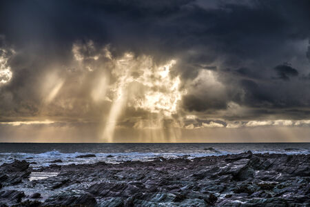 stormy sea and sunset at seaton cornwall uk Banco de Imagens