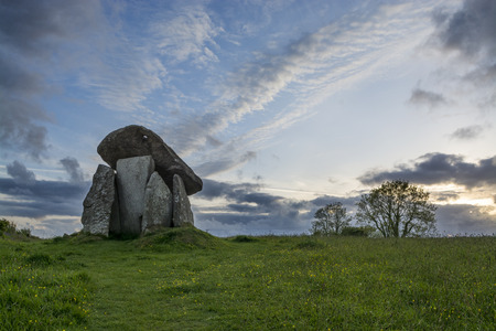 Trethevy Quoit at Sunset, Cornwall, UK, with blue sky Banco de Imagens