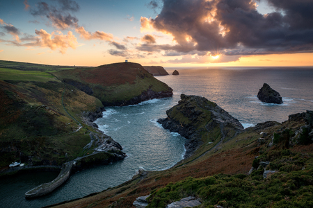 Sunset over the sea at Boscastle Harbour, Cornwall, UK Banco de Imagens