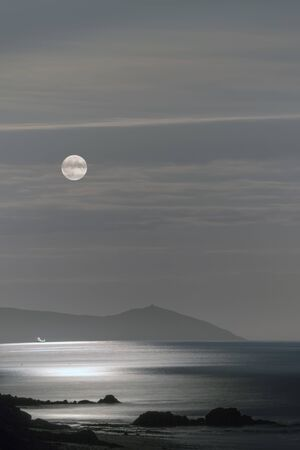 Harvest Moon 2019 rises over the Rame  peninsula, Cornwall, UK Banco de Imagens