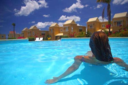 プールの端に座っていた若い女性