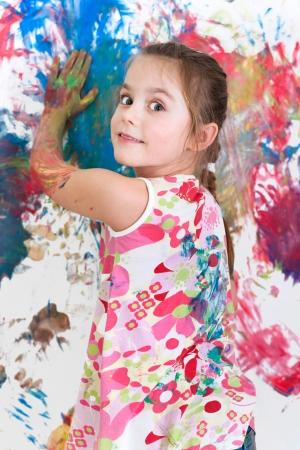 Meisjes geschilderde muren met heldere kleuren Stockfoto