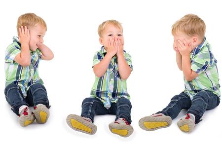 Kleinen blonden Jungen zu stoppen, um zu hören, zu stoppen, zu sprechen und zu stoppen, um zu sehen Standard-Bild - 25272567