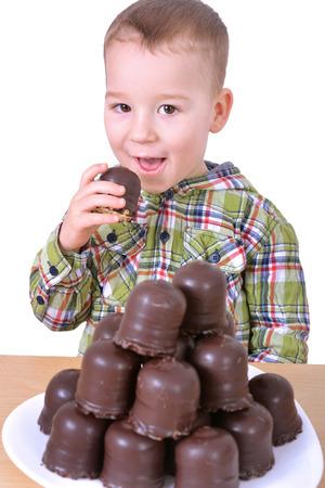 Kleiner Junge essen Schokolade Standard-Bild - 25642498
