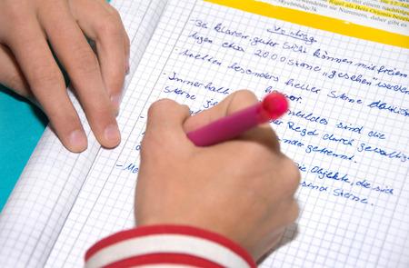 Kind schreibt wichtige Punkte Standard-Bild - 26188651