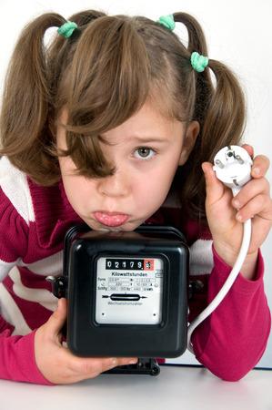 Trauriges Mädchen mit Drehstromzähler und Stecker Standard-Bild - 27909814
