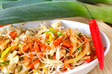 pittige Aziatische noodle gerecht met veel groenten en kip strips