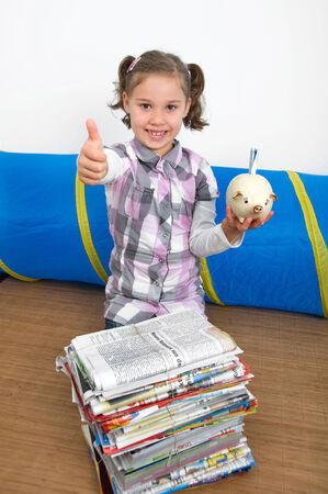 waste paper: ni�a recoge los residuos de papel y dinero para gastos devengados por el mismo