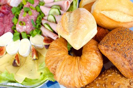 Reichhaltiges Frühstückstisch mit verschiedenen Arten von Brot Wurst und Käse Standard-Bild - 28608769