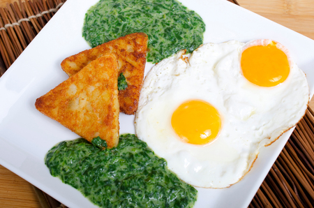 hash browns: Patate patate hash con spinaci e uovo fritto Archivio Fotografico