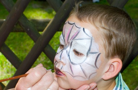 Kleine Junge ist als Spider Mann gemalt Standard-Bild - 29988759