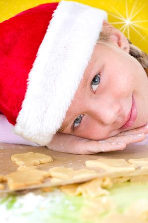 confiscated: Bambina con cappello di Natale cuoce biscotti Archivio Fotografico