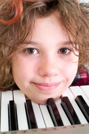 Mädchen mit dem verrückten Haar auf der Tastatur Standard-Bild - 31477645