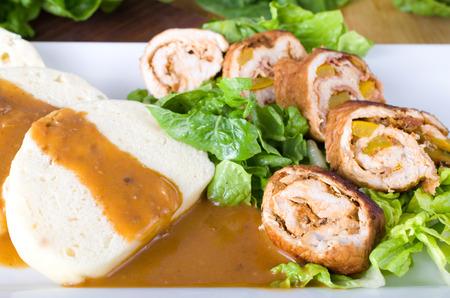 Hefe dumblings mit Fleischrouladen mit Salat Standard-Bild - 31772257