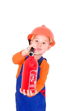 spiel: kleiner Junge mit einem Feuerl�scher spielt Feuerwehrmann  little boy plays with a fire extinguisher Firefighter