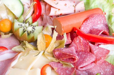 carnes y verduras: colorido plato con una variedad de carnes frutas y verduras