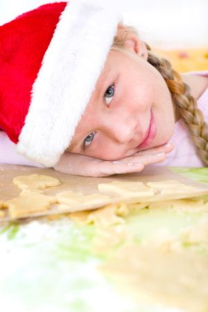 confiscated: kleines Mdchen mit Nikolausmtze backt Pltzchen bambina con il cappello della Santa cuoce biscotti