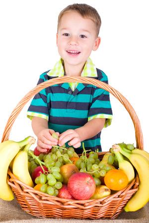 gamme de produit: petit gar�on de manger de la corbeille de fruits de raisin