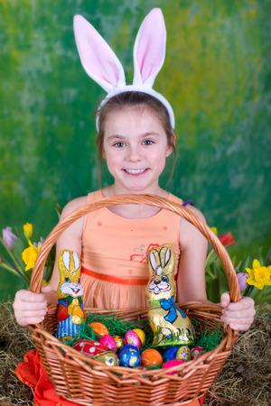 Kleines Mädchen mit einem großen Osternest Standard-Bild - 34912905