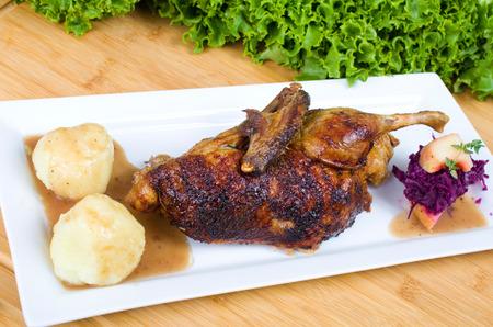 Halbe Enten mit Kartoffelklen Rotkohl und Bratapfel halbe Ente mit Rotkohl und Kartoffelknödel Bratapfel Standard-Bild - 35019801