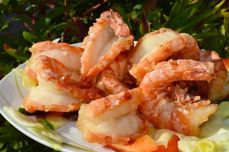 aliments: grande assiette pleine de crevettes frites