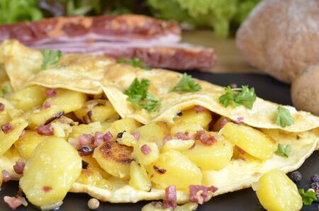 aliments: farmers breakfast, omelet with fried potatoes, onions and bacon